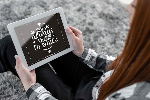 Vrouw met tablet mock-up Gratis Psd
