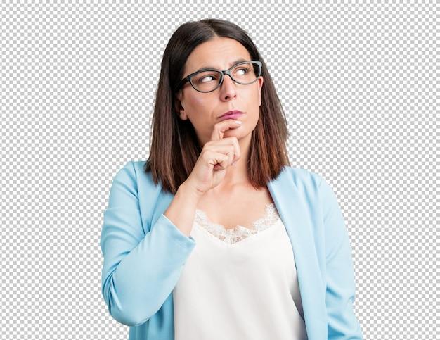 Vrouw van middelbare leeftijd die twijfelt en verward is, een idee bedenkt of zich ergens zorgen over maakt Premium Psd