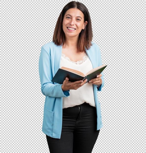 Vrouw van middelbare leeftijd geconcentreerd en lachend, met een leerboek, studerend om een examen te halen of een interessant boek te lezen Premium Psd