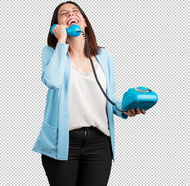 Vrouw van middelbare leeftijd hardop lachen, plezier maken met het gesprek, een vriend of een klant bellen Premium Psd