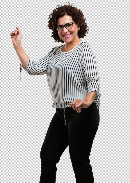Vrouw van middelbare leeftijd luisteren naar muziek, dansen en plezier maken, bewegen, schreeuwen en geluk, vrijheid concept uitdrukken Premium Psd
