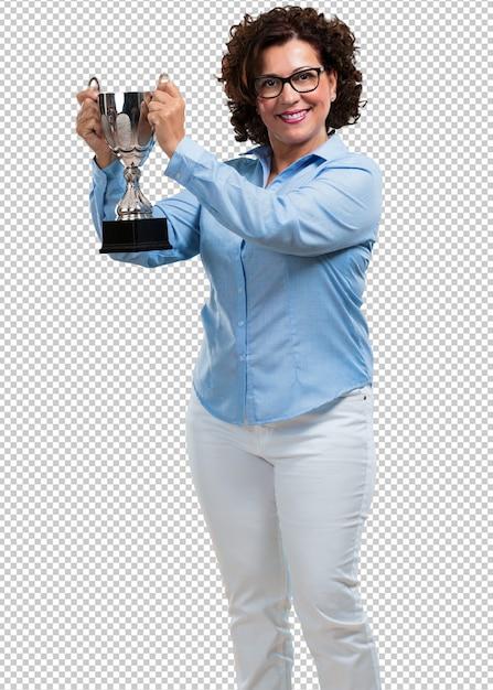 Vrouw van middelbare leeftijd opgewonden en energiek, een glas heffen na het behalen van een moeilijke overwinning, beloning voor hard werken, zelfverzekerd en positief Premium Psd