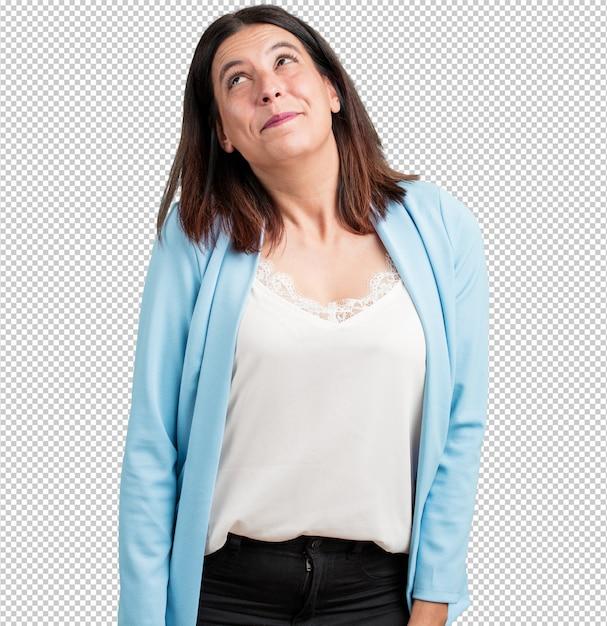 Vrouw van middelbare leeftijd opzoeken, denken aan iets leuks en met een idee Premium Psd