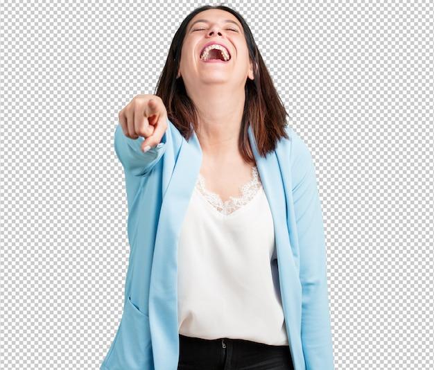 Vrouw van middelbare leeftijd schreeuwen, lachen en plezier maken met een ander, concept van spot en ongecontroleerd Premium Psd