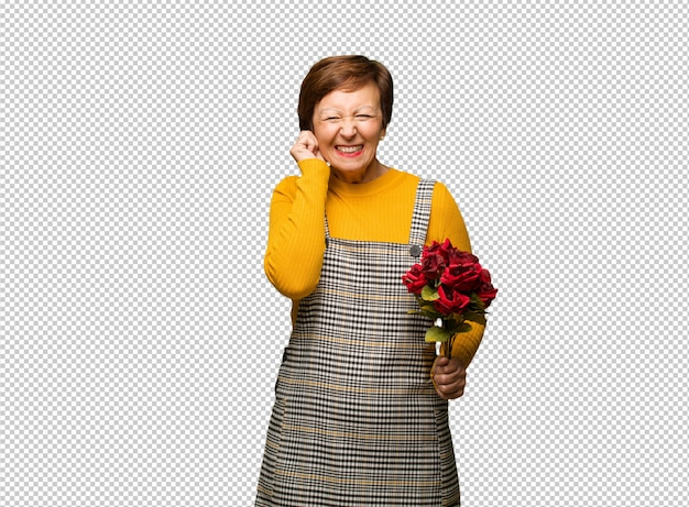 Vrouw van middelbare leeftijd vrouw vieren valentijnsdag bedekking oren met handen Premium Psd