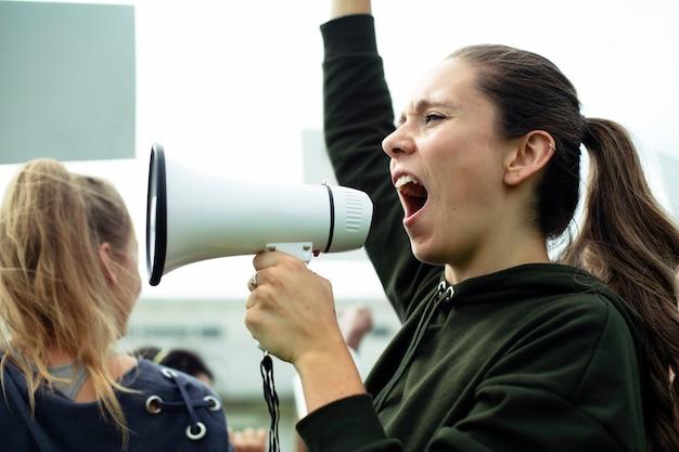 Vrouwelijke activist die op een megafoon schreeuwt Premium Psd