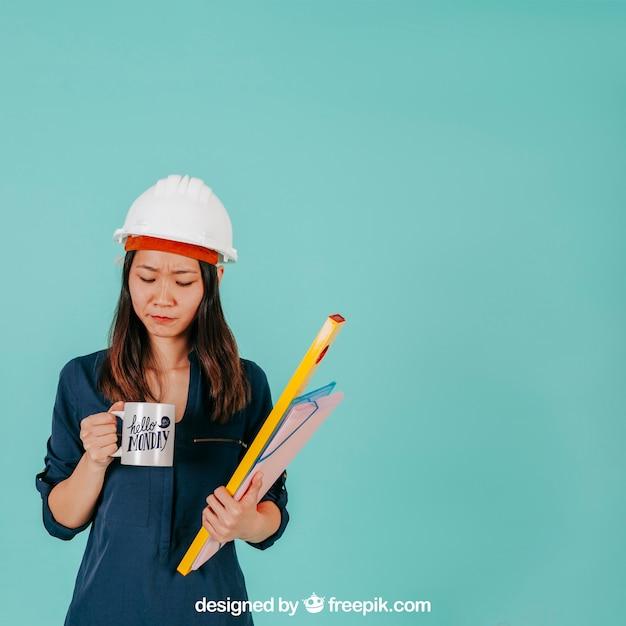 Vrouwelijke architect met mok Gratis Psd