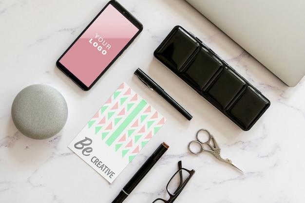 Vrouwelijke bureauaanraking en hulpmiddelenmodel Gratis Psd