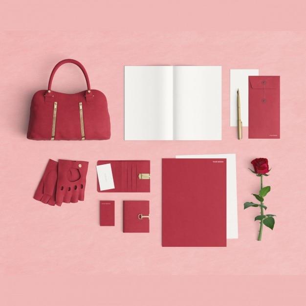 Vrouwelijke desktop met toebehoren en een roos Gratis Psd