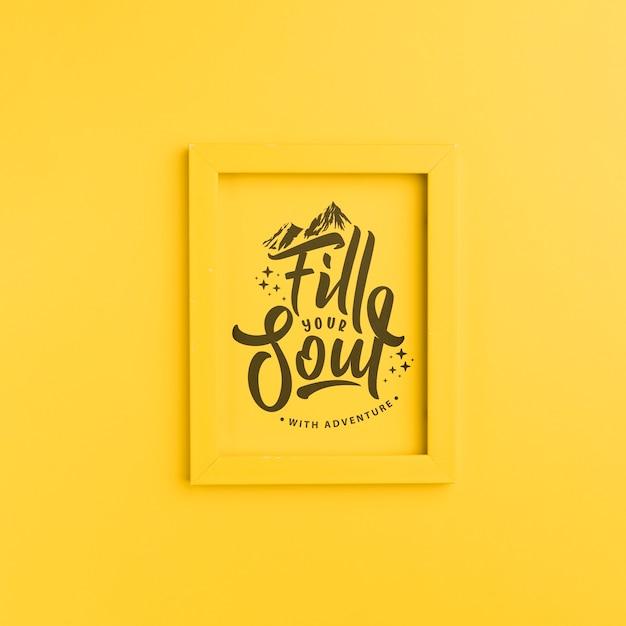 Vul je ziel met avontuur, belettering op geel frame Gratis Psd