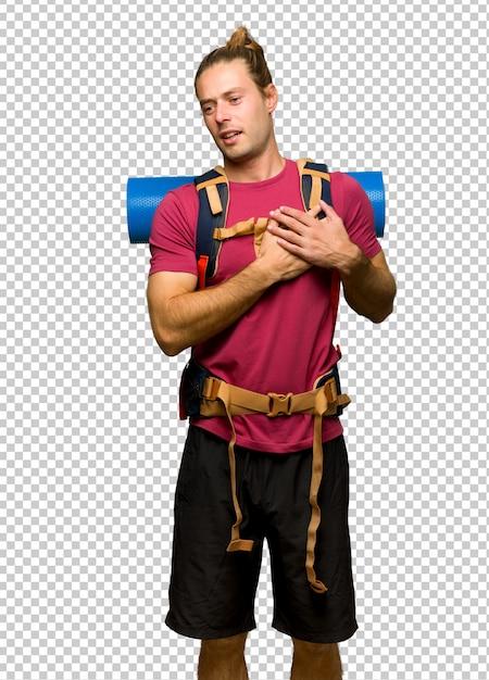 Wandelaar man met berg backpacker met een pijn in het hart Premium Psd