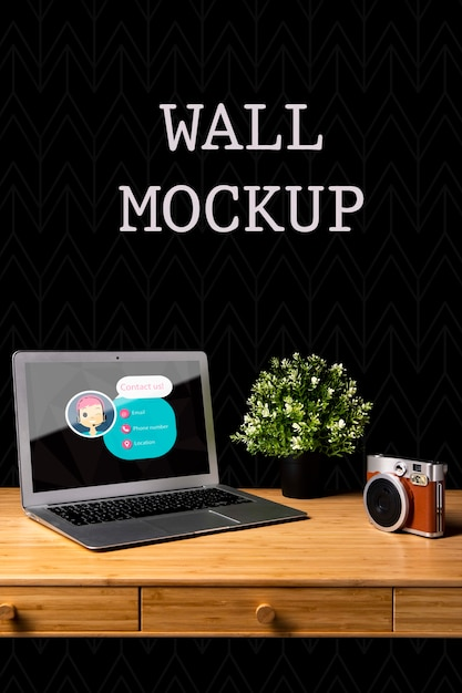Wandmodel met camera en laptop Gratis Psd