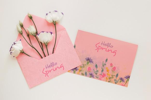 Wenskaart met bloemen in envelop Gratis Psd