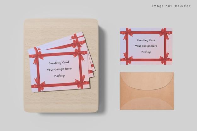 Wenskaart met envelopmodel op houten plank Premium Psd