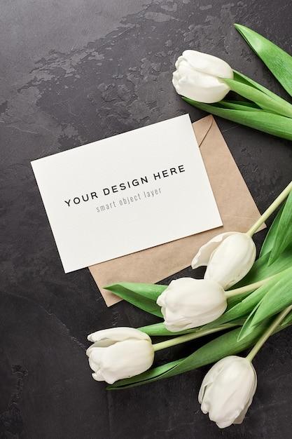 Wenskaartmodel met envelop en tulpenbloemen Premium Psd
