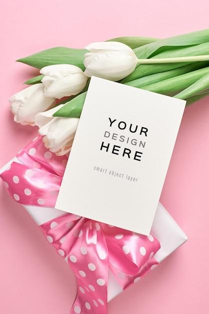 Wenskaartmodel met geschenkdoos en boeket van witte tulp bloemen Premium Psd