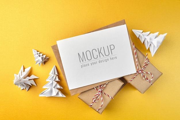 Wenskaartmodel met geschenkdozen en papieren kerstbomen Premium Psd