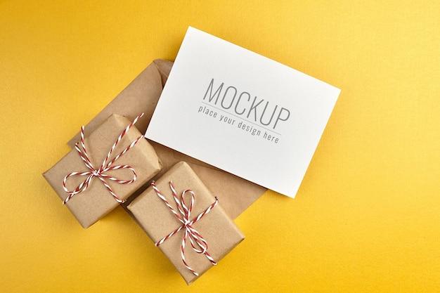 Wenskaartmodel met geschenkdozen op gouden papier achtergrond Premium Psd