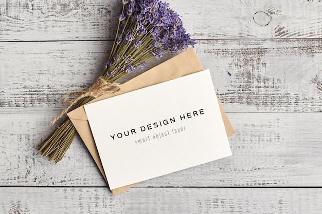 Wenskaartmodel met lavendelbloemen op houten achtergrond Premium Psd