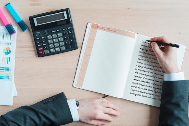 Werkruimte met agenda en rekenmachine Gratis Psd