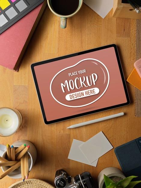 Werkruimte met mockup-tablet, styluspen en benodigdheden Premium Psd