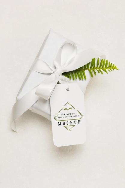 Wit geschenk met mock-up tag Gratis Psd