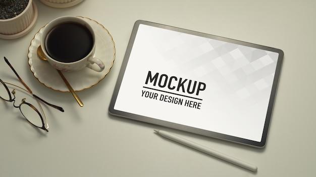 Witte tafel met tablet, styluspen, koffiekopje en brilmodel Premium Psd