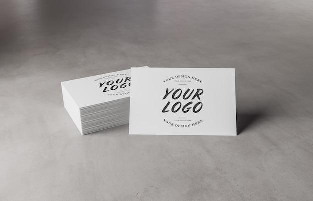 Witte visitekaartjestapel op concreet oppervlaktemodel Premium Psd