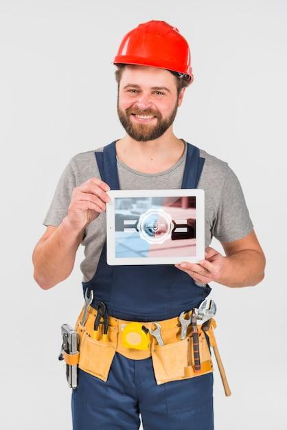 Worker holding tablet mockup per la giornata lavorativa Psd Gratuite