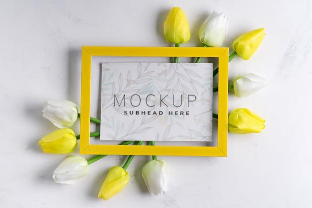 Yellowtulips met lege omlijsting op witte marmeren achtergrond, exemplaarruimte Premium Psd