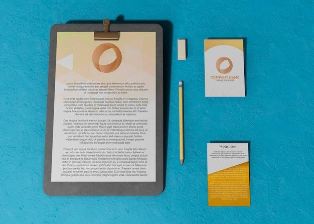 Zakelijk contract mock-up papier en kaarten Gratis Psd