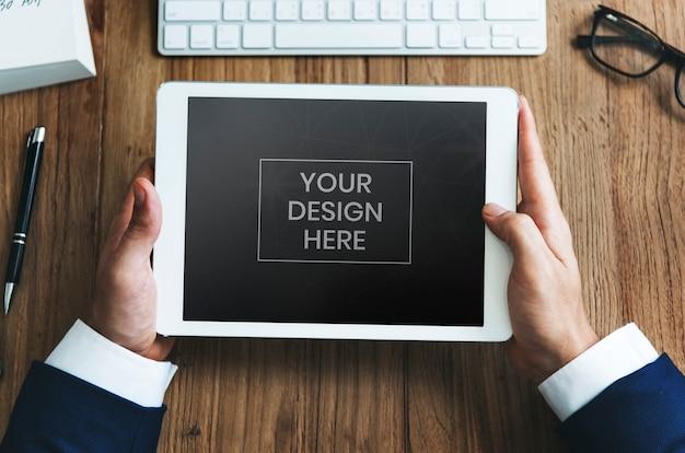 Zakenman kijken naar tablet mockup Premium Psd