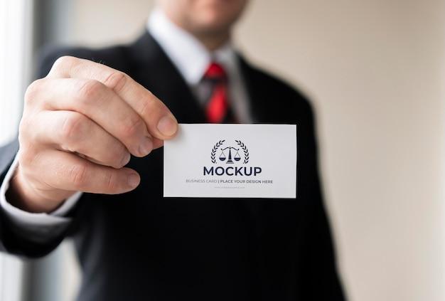 Zakenman met visitekaartje mock-up met één hand Gratis Psd