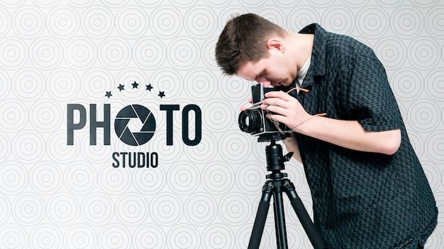 Zijaanzicht van fotograaf die met camera werkt Gratis Psd
