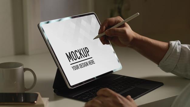 Zijaanzicht van mannenhand met behulp van digitale tablet met stylus-pen mockup Premium Psd