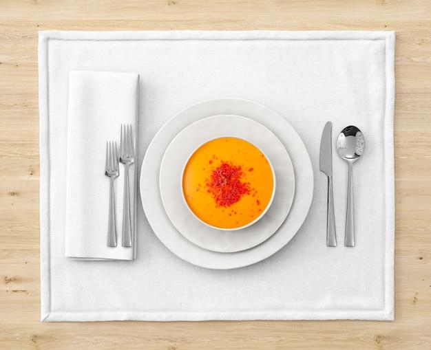 Zuppa su una ciotola con impostazione posto sul tavolo di legno Psd Gratuite