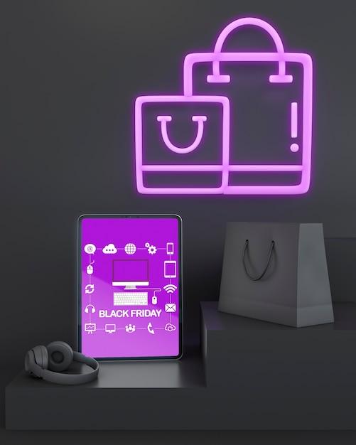 Zwart vrijdag tabletmodel met paarse neonlichten Gratis Psd