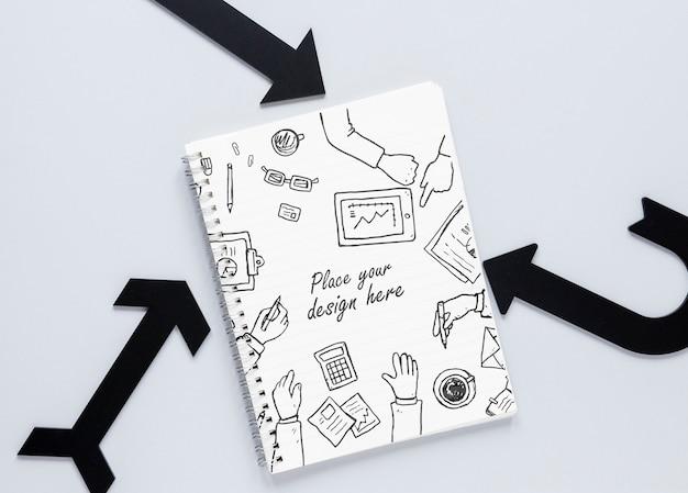 Zwarte pijlen en notebook met doodles Gratis Psd