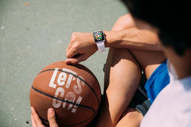 Adolescent tenant un ballon de basket par derrière Psd gratuit