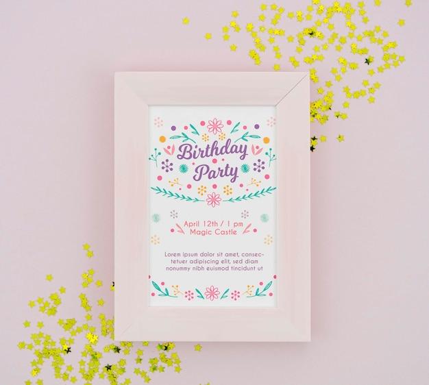 Affiche de fête d'anniversaire dans un cadre avec des confettis dorés Psd gratuit