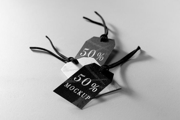 Agencement De Maquette De Haute Vue D'étiquettes De Vêtements En Noir Et Blanc Psd gratuit