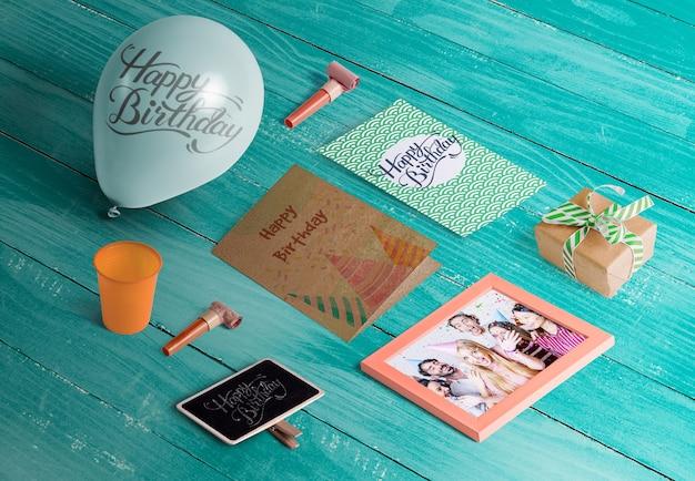 Angle élevé d'éléments d'anniversaire sur une table en bois Psd gratuit