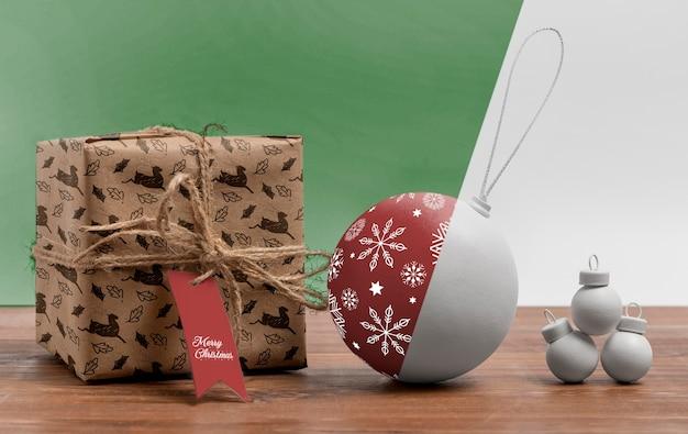 Arrangement Avec Globe De Noël Et Cadeau Psd gratuit