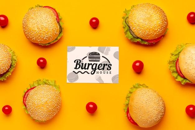 Arrangement De Hamburgers Et Tomates Vue De Dessus Psd gratuit