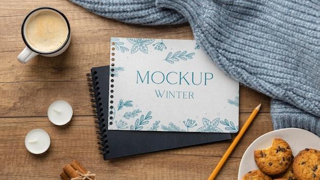 Arrangement Hygge D'hiver Avec Maquette De Bloc-notes Psd gratuit
