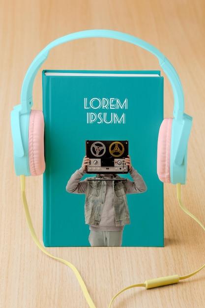 Arrangement Avec Maquette De Couverture De Livre Et écouteurs Psd gratuit