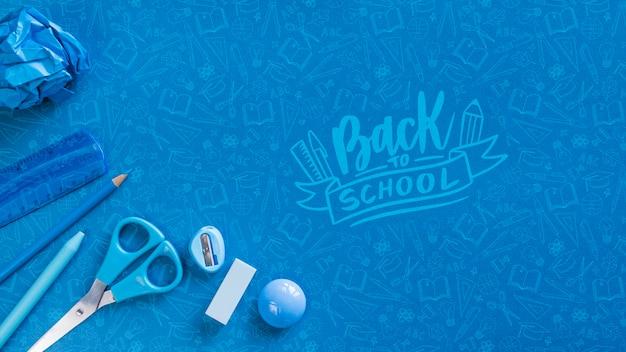 Arrangement plat avec fournitures scolaires bleues Psd gratuit