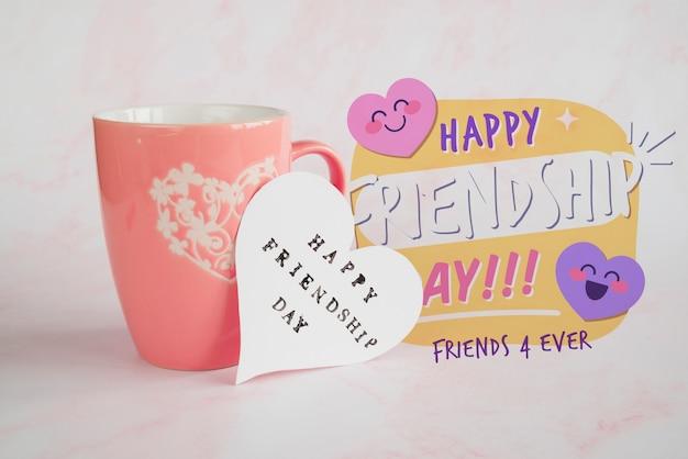 Arrangement Pour Célébrer La Journée De L'amitié Avec Une Tasse Psd gratuit