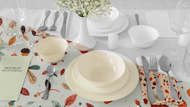 Arrangement De Table De Dîner De Thanksgiving Avec Assiettes Et Vase à Fleurs Psd gratuit