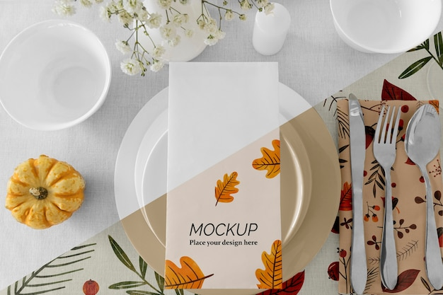 Arrangement De Table Pour Le Dîner De Thanksgiving Avec Vase à Fleurs Et Assiettes Psd gratuit
